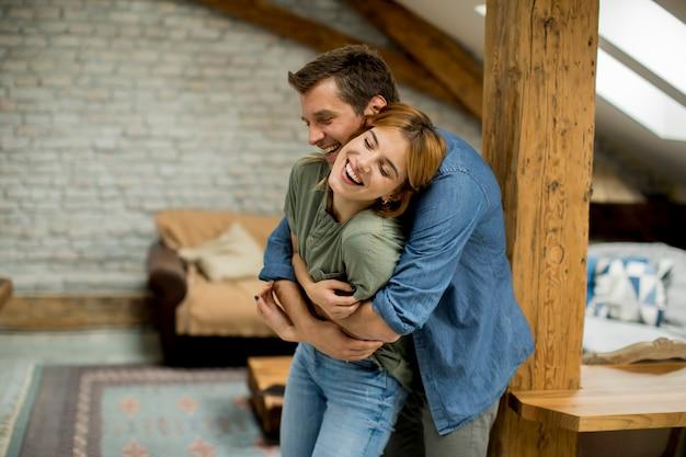 Par jovem, abraçar, um ao outro, casa