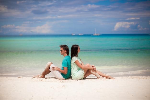 Par jovem, amando um ao outro, ligado, praia arenosa