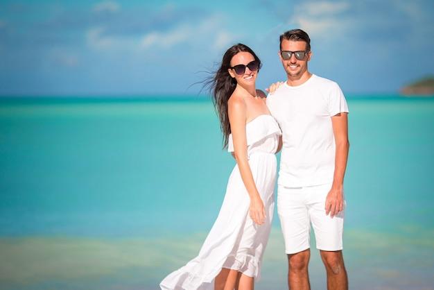 Par jovem, andar praia tropical, com, areia branca, e, turquesa, oceano, água, em, ilha antigua, em, caraíbas