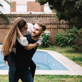 Par jovem, apaixonadas, frente, piscina