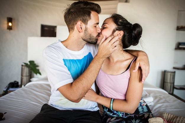 Par jovem, beijando, cama