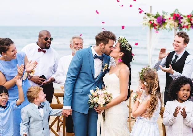 Par jovem, beijando, em, recepção casamento