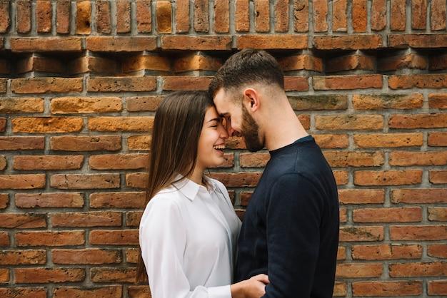 Par jovem, beijando, frente, parede