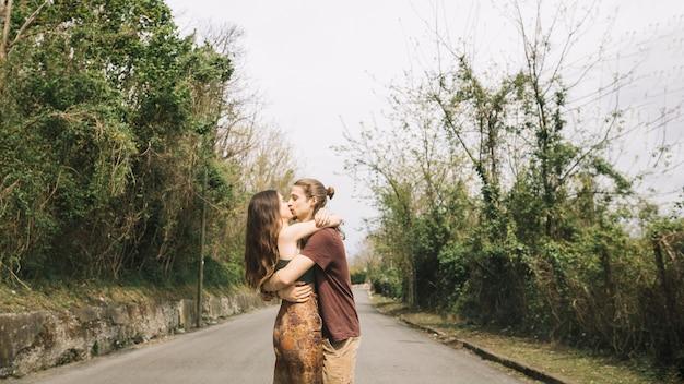 Par jovem, beijando, meio, de, estrada