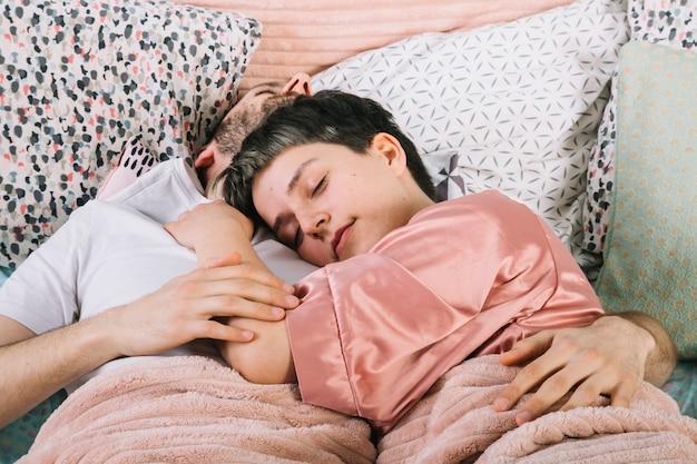 Par jovem, cama, de manhã