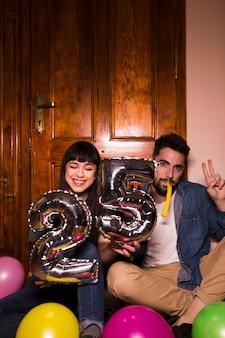 Par jovem, celebrando, aniversário 25, casa