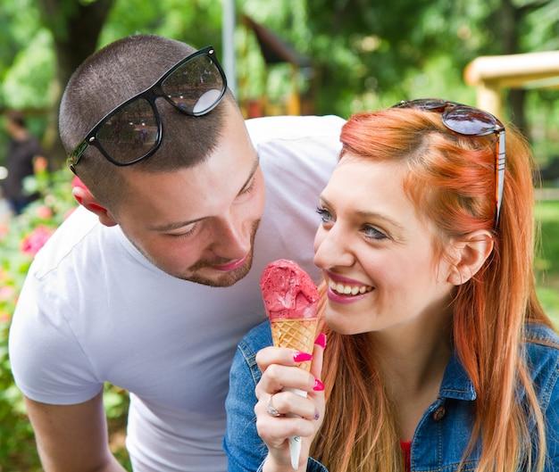 Par jovem, com, sorvete, cones
