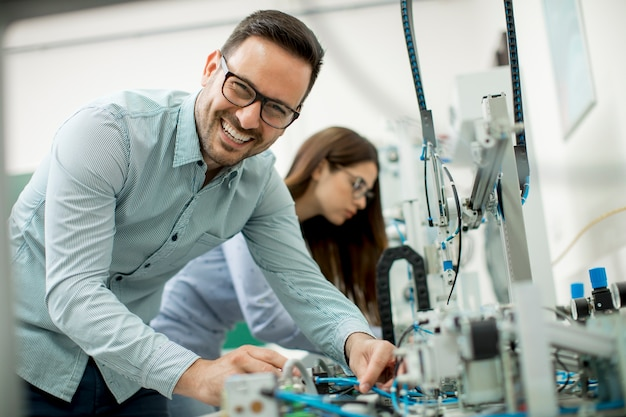 Par jovem, de, estudantes, em, robótica, laboratório