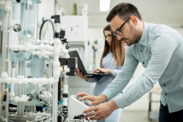 Par jovem, de, estudantes, trabalhando, em, robótica, laboratório