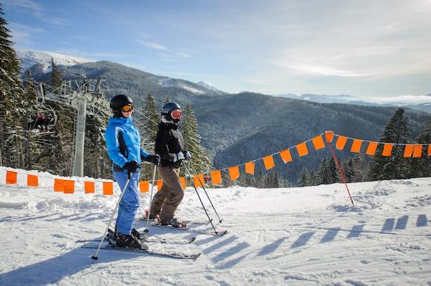 Par jovem, de, mulheres, desfrutando, esquiando, em, refúgio esqui