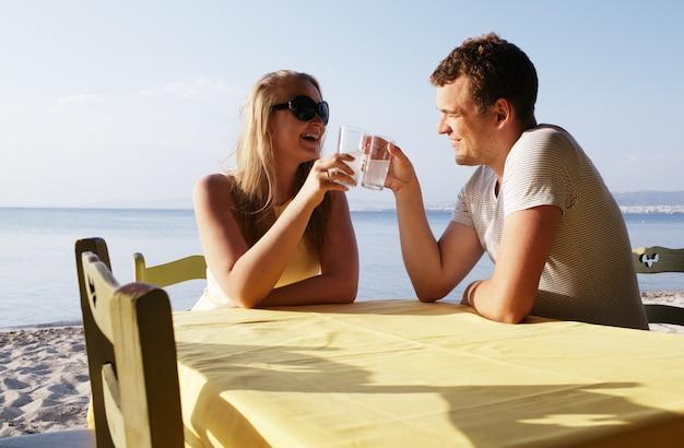 Par jovem, desfrutando, bebidas, em, a, litoral