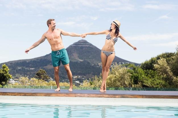 Par jovem, desfrutando, perto, lado piscina, ligado, um, dia ensolarado