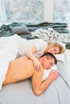 Par jovem, dormir, cama, perto, coverlet, e, janela