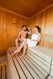 Par jovem, em, a, sauna