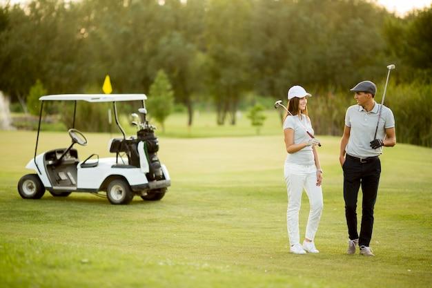 Par jovem, em, carro golf
