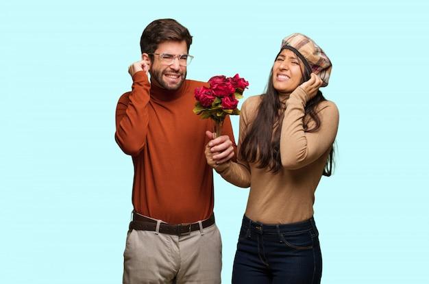 Par jovem, em, dia dos namorados, cobertura, orelhas, com, mãos