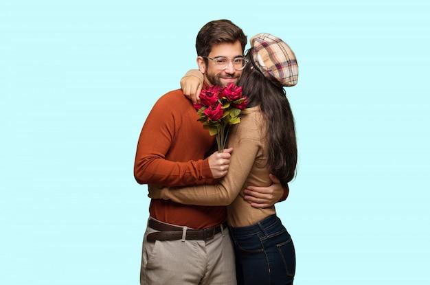 Par jovem, em, dia dos namorados, dar, um, abraço