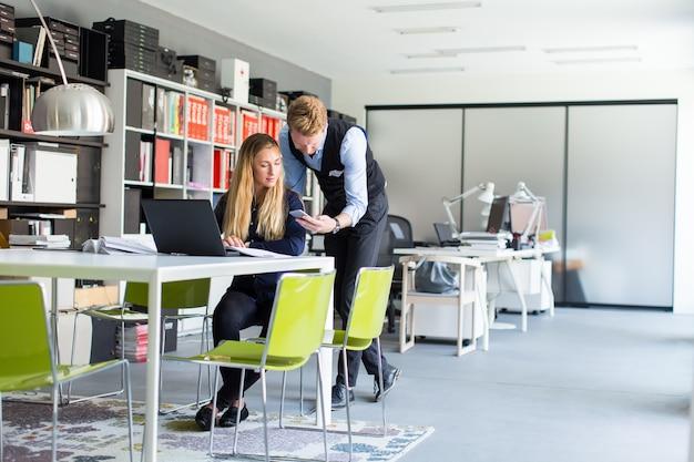 Par jovem, em, escritório