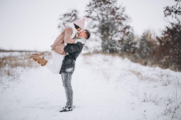 Par jovem, em, inverno, parque