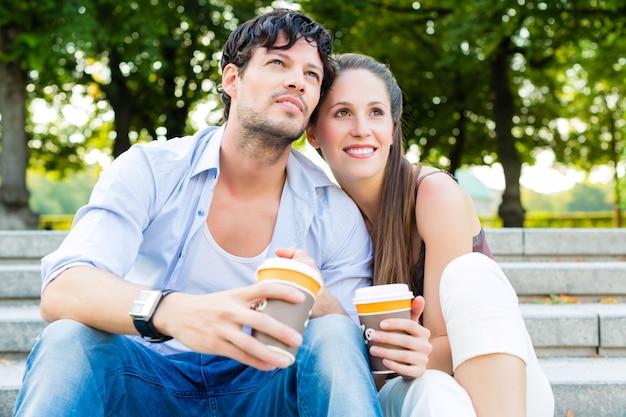 Par jovem, em, parque cidade, café bebendo