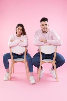 Par jovem, em, semelhante, roupas, ligado, cadeiras