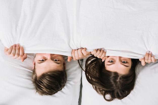 Par jovem, escondendo, sob, cobertor