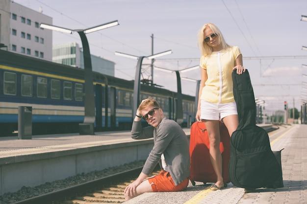 Par jovem, esperando, em, treine estação