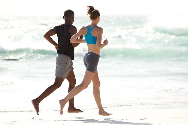 Par jovem, executando, ao longo praia