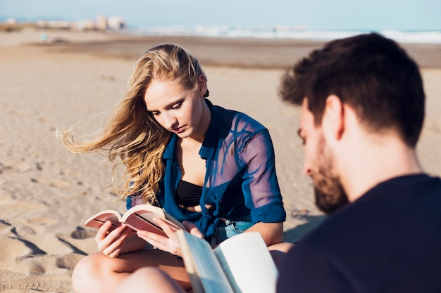 Par jovem, leitura, ligado, praia
