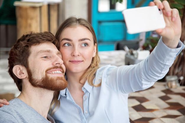 Par jovem, levando, selfie