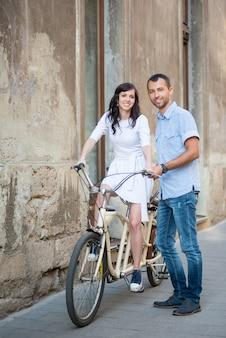 Par jovem, ligado, retro, bicicleta tandem, em, a, rua, cidade