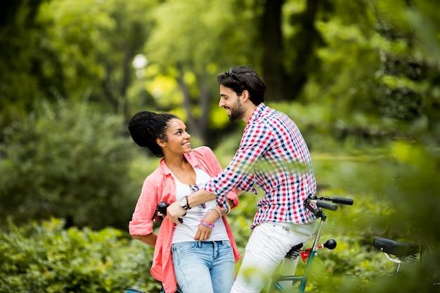 Par jovem, montando, ligado, a, bicicleta tandem