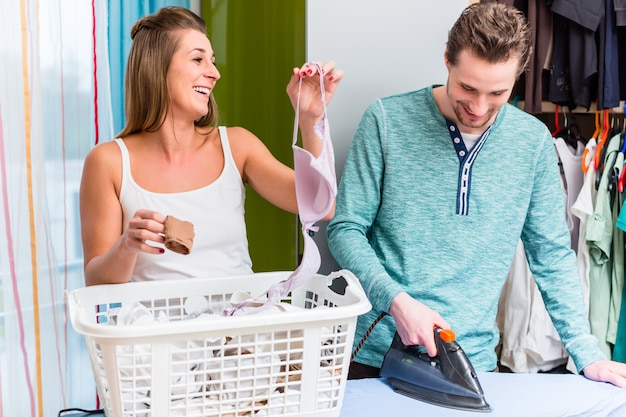Par jovem, mulher homem, compartilhar, housework, e, fazendo, a, lau
