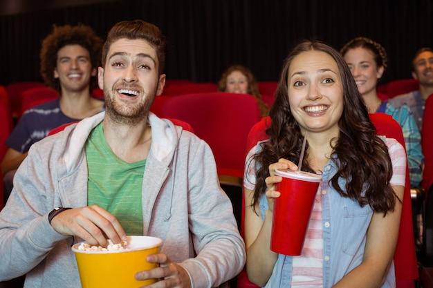 Par jovem, observar um filme