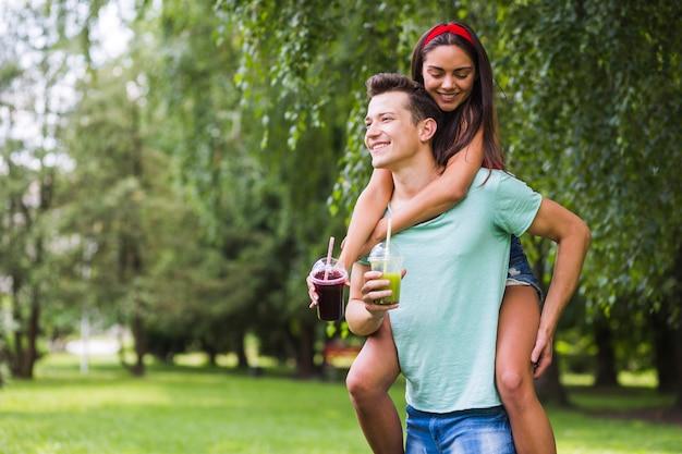 Par jovem, parque, desfrutando, smoothies saudáveis