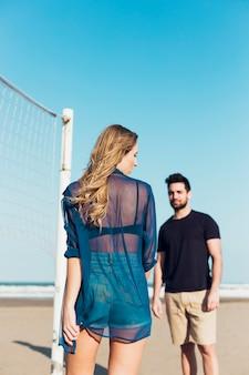 Par jovem, perto, rede volleyball
