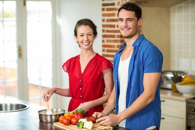 Par jovem, preparando alimento, junto, em, cozinha, casa