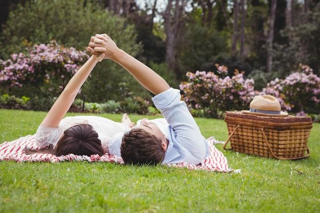 Par jovem, relaxante, ligado, cobertor, em, jardim