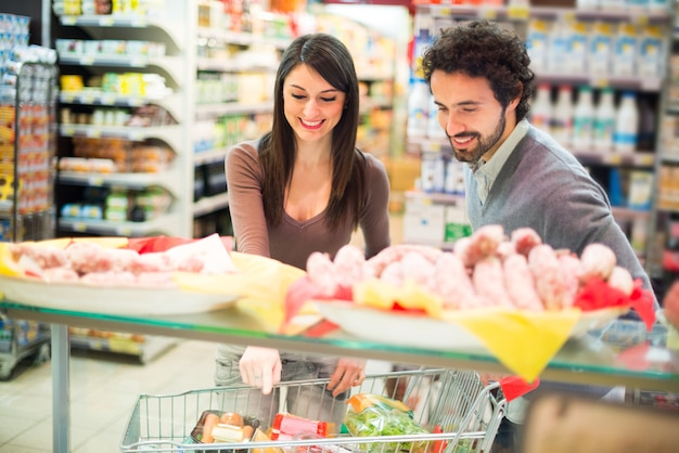 Par jovem, shopping, em, um, supermercado