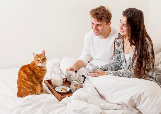 Par jovem, tendo, café manhã cama
