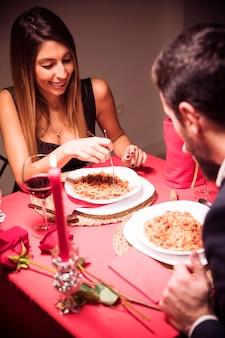 Par jovem, tendo, jantar romântico, casa