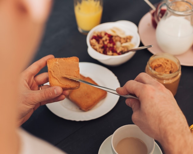Par jovem, tendo, pequeno almoço