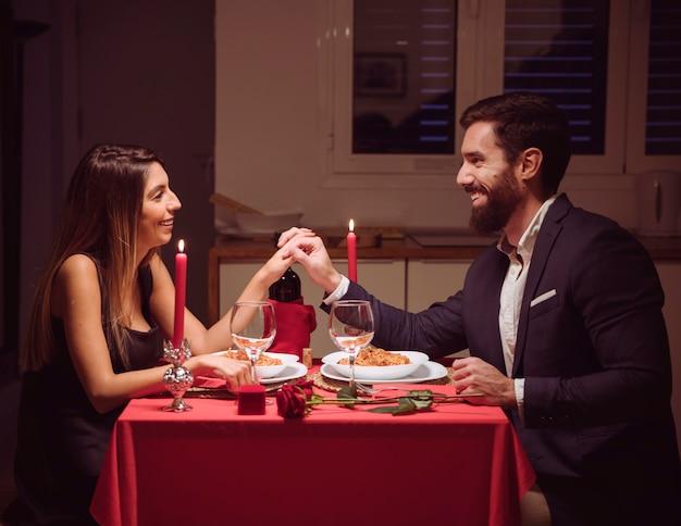Par jovem, tendo, romanticos, jantar