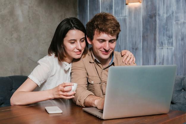 Par jovem, trabalhando, laptop