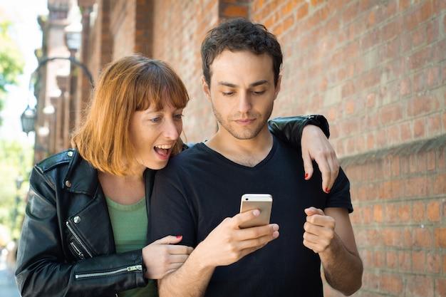 Par jovem, usando, aplicação, ligado, smartphone