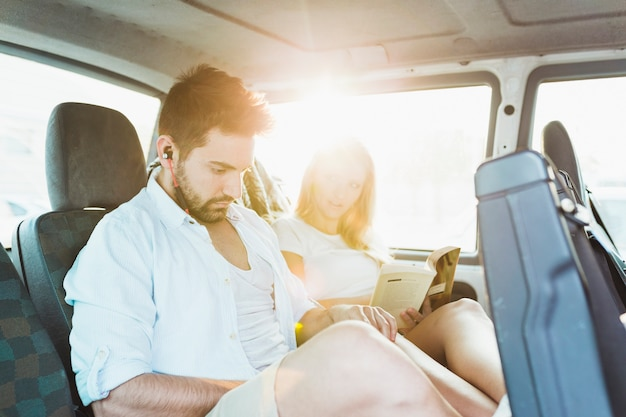 Par jovem, viajando, ligado, backseat