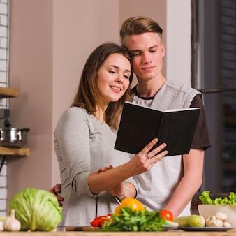 Par, leitura, livro, enquanto, cozinhar, junto