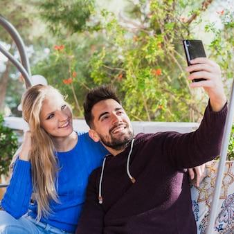 Par, levando, selfie, e, sorrindo