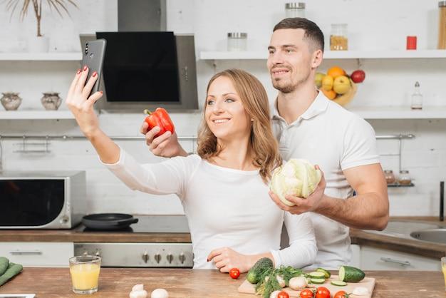 Par, levando, selfie, em, cozinha