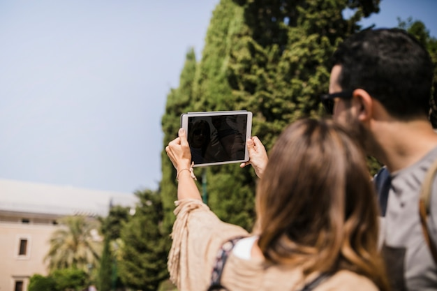 Par, levando, selfie, ligado, tablete digital